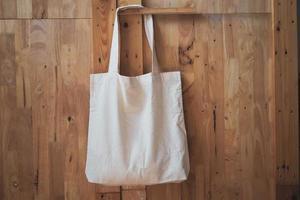 tote bag in cotone bianco sulla parete in legno