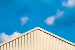 tetto in metallo contro il cielo blu