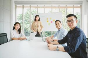 uomini d'affari asiatici durante la riunione di brainstorming foto