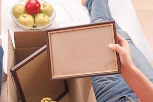 giovane coppia disimballaggio scatole foto