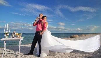 coppia che riposa sulla spiaggia foto