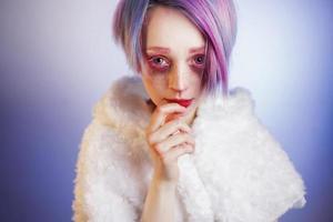 ragazza con occhi e capelli rosa, come una bambola foto