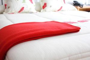 letto con coperta rossa foto