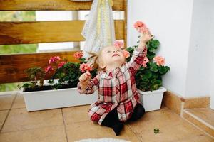 bambina che gioca sul balcone foto