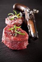 bistecca di manzo crudo fresco su pietra nera foto