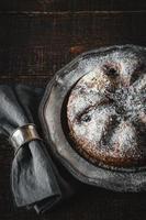 torta con zucchero a velo con tovagliolo in anello metallico verticale foto