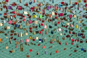 molti lucchetti sul ponte foto