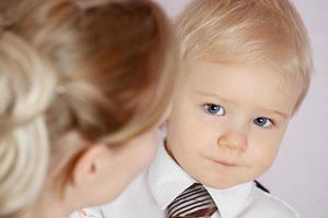 madre e figlio isolati su uno sfondo bianco foto