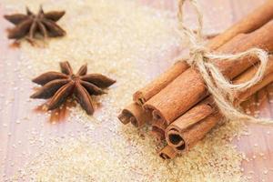 bastoncini di anice stellato e cannella su zucchero di canna foto