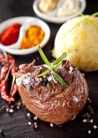 bistecca di manzo fresca su pietra nera