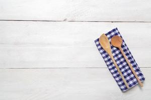 asciugamano da cucina e sfondo cucchiaio di legno foto