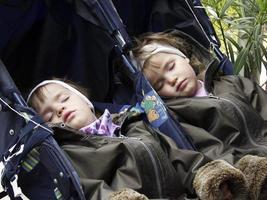 gemelli addormentati foto