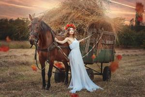 la ragazza è appoggiata al trasporto del fieno.