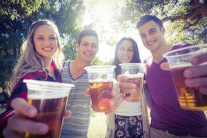 amici felici nel parco con birre