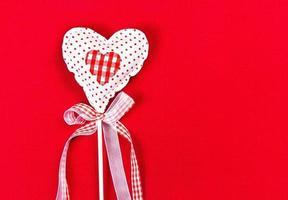 San Valentino bel cuore su sfondo rosso con copyspace.