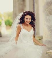 sposa in posa sui gradini di una vecchia chiesa foto