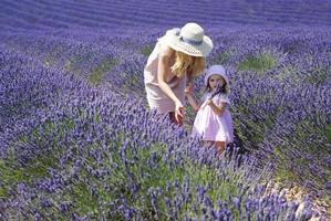 madre con figlia nel campo di lavanda foto