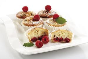muffin ai lamponi sulla piastra, primo piano foto