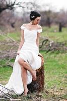 la sposa vicino all'albero tagliato