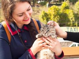 giovane donna che abbraccia e gioca con il gatto