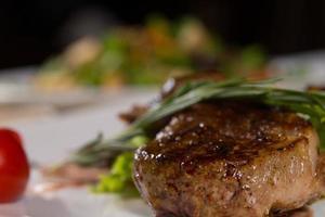Close up appetitoso piatto di carne aromatizzata foto