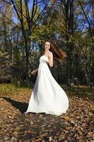 ragazza in abito bianco