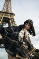 Ritratto di giovane bruna sorridente in vacanza a Parigi, Francia foto