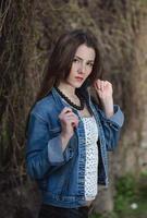 giovane ragazza fiduciosa con la giacca di jeans