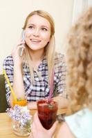 giovane ragazza sorridente parlando al telefono cellulare