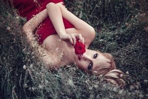 ritratto all'aperto di giovane donna sdraiata sull'erba