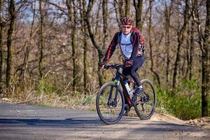 andare in bicicletta in montagna foto