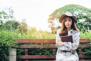 donna asiatica che legge un libro foto