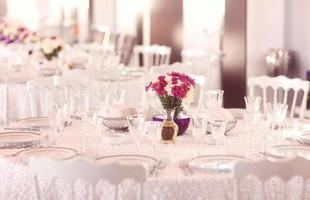 tavola di nozze splendidamente decorata foto