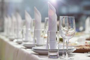 bicchieri impostati nel ristorante foto