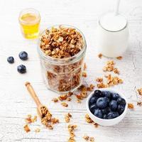 colazione salutare. muesli fresco, muesli ai frutti di bosco, miele foto