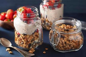 muesli fatto in casa e budino di semi di chia con una sana colazione ai frutti di bosco foto