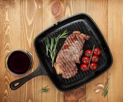 bistecca di manzo al rosmarino e pomodorini in padella foto