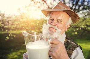 contadino con brocca di latte foto