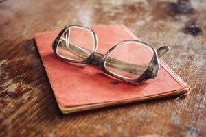 occhiali vintage sul vecchio libro foto