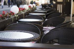 tavoli da ristorante vuoti foto