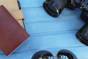 preparazione per il viaggio: binocolo, occhiali da sole, passaporto e taccuino