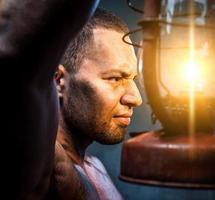 uomo con lampada a olio foto