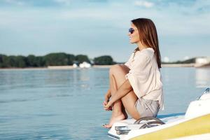 donna barca sorridente felice guardando il mare