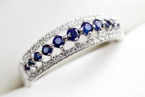 anello di fidanzamento con diamanti e zaffiri foto