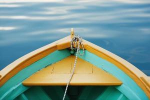 prua della barca con una corda da vicino.