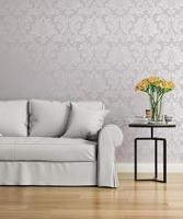 divano grigio con una carta da parati vittoriana damascata viola foto
