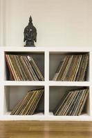 dischi in vinile nello scaffale foto