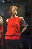 finestra del negozio di abbigliamento moderno foto