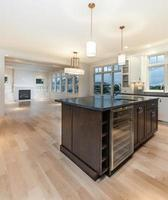 cucina moderna con grande isola foto