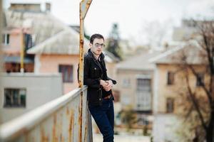 uomo fiducioso in posa in jeans cimosa
